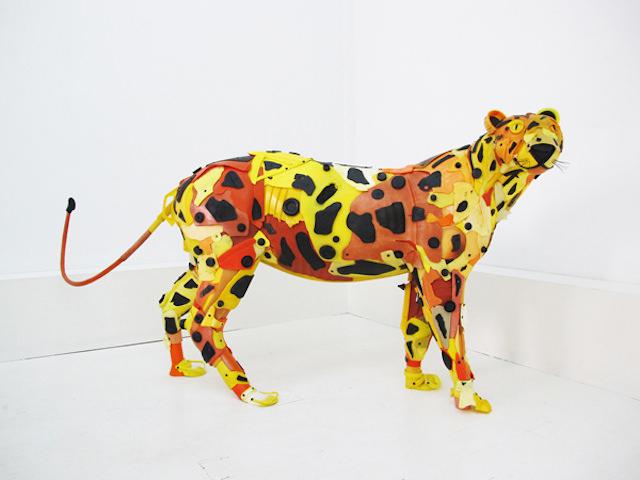 新闻中心--法国艺术家用海洋垃圾打造野生动物雕塑
